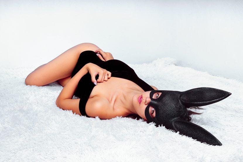 נערת ליווי אלילה שחורה